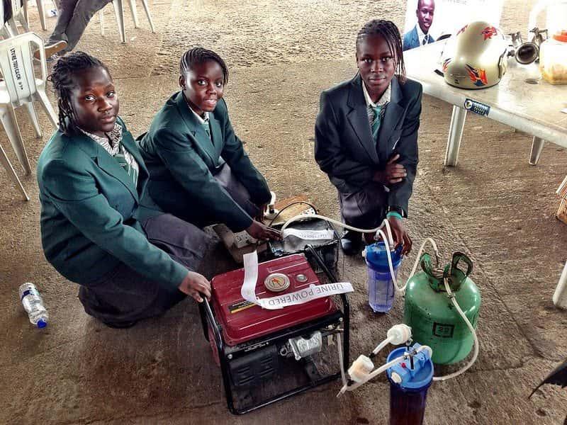 Transformando urina em eletricidade: garotas inventam gerador movido a urina na Afrika Faire, na Nigéria.
