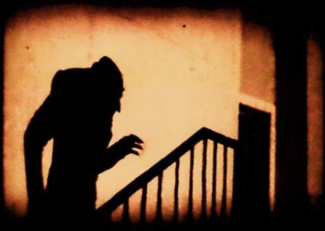 A sombra na escada. Cena do filme  Nosferatu, clássico expressionista alemão de F.W. Murnau