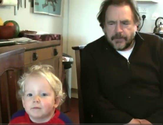 Garoto de 2 anos aprendendo Hamlet (Shakespeare) com Brian Cox