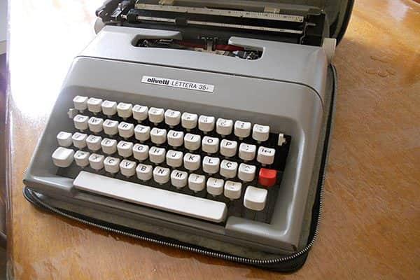 Detalhes da Máquina de escrever portátil Letter 35 em capa de couro