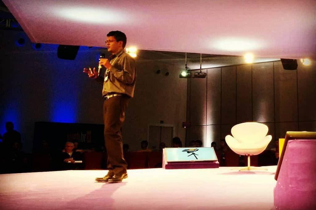 Sunil Abraham gesticulando ao se dirigir à plateia