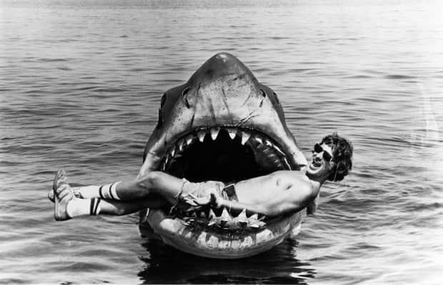 Steven Spielberg na boca do tubarão mecânico