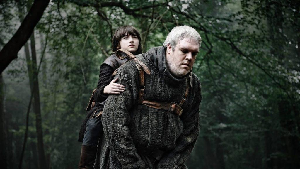 """Home grande e alto carrega garoto em uma espécie de """"sela"""" em suas costas"""