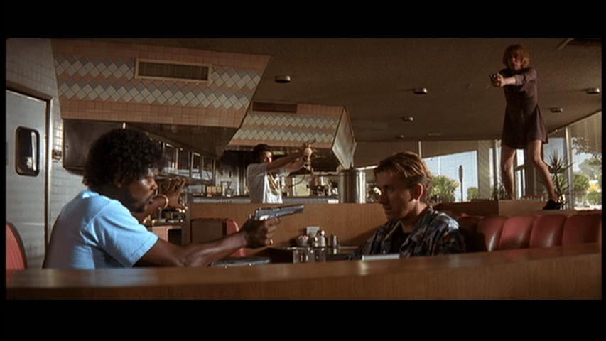 """Duelo do tipo """"mexican standoff"""" em cena do filme Pulp Fiction"""
