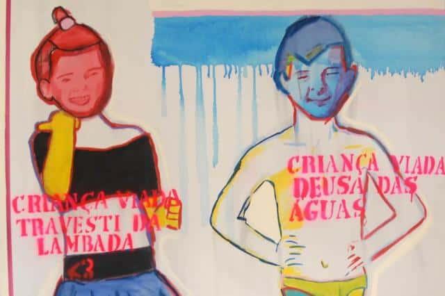 """Desenho: garoto com roupa de dança e outro com roupa de banho e a frases """"Criança Viada: Travesti da Lambada"""" e """"Criança Viada: Deusa das Águas"""""""